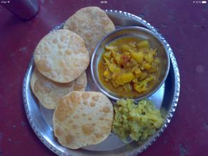Puri_with_gobhi_sabzi